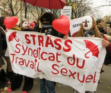 Le lucciole protestano a Parigi contro il progetto di legge francese sulla prostituzione che entra in esame oggi in Parlamento e che, prevede tra l'altro l'introduzione di sanzioni per i clienti, Parigi, 29 Novembre 2013. ANSA/ LUANA DE MICCO